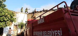 Kula'da 2 katlı ahşap ev kül oldu