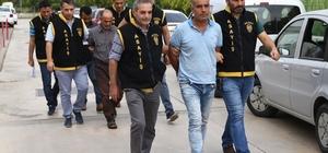 Fidyecilerin telefon oyununu gasp dedektifleri çözdü Adana'da 13 yaşındaki bir çocuğu babasının altın ve paralarını almak için kaçırıp fidye istedikleri ileri sürülen 4 kişiden 3'ü tutuklandı Zanlıların polise yakalanmamak için bilgisayar üzerinden geliştirilen bir program sayesinde başkasının üzerine kayıtlı telefon numarasıyla babayı fidye için aradıkları ortaya çıktı