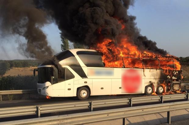 Manisa'da yolcu otobüsü alev alev yandı Bir anda alevlere teslim olan otobüste yolcular tahliye edilirken, facia kıl payı atlatıldı 9 yolcusu bulunan otobüste ölen ya da yaralanan olmadı