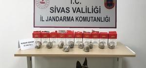 Sivas'ta 3 kilo 740 gram esrar ele geçirildi Sivas İl Jandarma Komutanlığı ekipleri tarafından gerçekleştirilen operasyonlarda 3 kilo 740 gram esrar ele geçirildi.