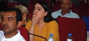 Seyhan Belediyesi'nde HDP tartışması Seyhan Belediye Meclisi'nin Ağustos ayı birinci oturumunda CHP'den seçilen Belediye Meclis Üyesi Funda Buyruk'un Başkan Yardımcısı olarak görevlendirilmesinden dolayı aylık ödeneğinin belirlenmesi teklifi sert tartışmalara yol açtı. MHP'li Şehmus Uçar'ın Funda Buyruk'un HDP'li olduğunu ima etmesi tartışmalara alevlendirirken, Buyruk'un ise iddialara cevap vermediği görüldü.