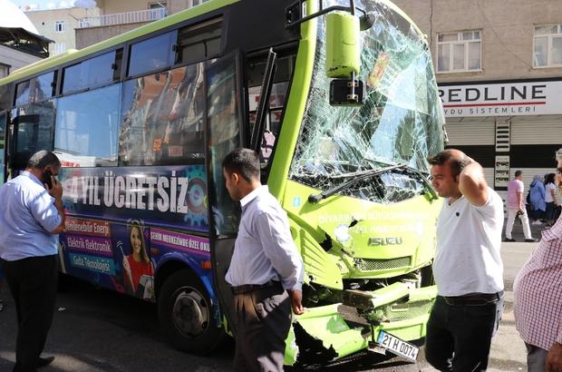 Halk otobüsü kepçeye çarptı: 5 yaralı