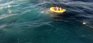 Şişme oyuncak botla Marmara'nın ortasında 5 saat Marmara Denizi'nde şişme botla 5 saat sürüklenen 2 kişiyi İDO gemisi kurtardı Deniz ortasındaki kurtarma anı İHA tarafından görüntülendi