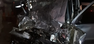 Tır ile hafif ticari araç kafa kafaya çarpıştı: 1 ölü 1 yaralı Sivas'ın Gölova  ilçesinde tır ile hafif ticari aracın kafa kafaya çarpışması sonucu meydana gelen trafik kazasında 1 kişi hayatını kaybetti bir kişi ise ağır yaralandı