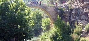Uşak'taki 2 bin 500 yıllık Clandras Köprüsü kentin yeni turizm merkezi oldu Frigya döneminden kalma köprü görenleri ihtişamı ile büyülüyor Clandras Köprüsü'ne ilgi her geçen yıl artıyor