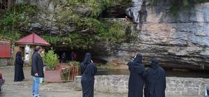 Yerli turistten çok yabancı turistlerin ilgi odağı oluyor Dünyanın en uzun ikinci mağarasına yabancı turist akını Mağaranın astım ve nefes darlığına iyi geldiği tespit edildi Trabzon'un Düzköy ilçesinde bulunan Çal Mağarası, özellikle Arap turistlerin ilgi odağı Çal Mağarasını bu yılın ilk 7 ayında 37 bin yerli, 50 bin kadar da yabancı turist ziyaret etti
