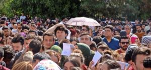 Antalya'da katiplik kuyruğu Alınacak kadro sayısının 6 katı başvuru, sınav öncesi kuyruğu da beraberinde getirdi Adalet Bakanlığı'nın Antalya adliyelerinde zabıt, icra ve cezaevi katipliği için düzenlediği sınava 3 bin 340 kişi başvurunca bölge mahkemesi önünde uzun kuyruklar oluştu