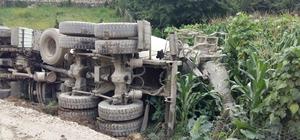 Ordu'da beton yol yapımında çalışan mikser yan yattı