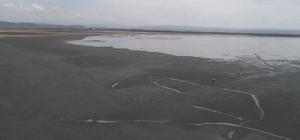 """(Özel) Tuzla Gölü turist bekliyor Tuzla Gölü'nün çamuru şifa dağıtıyor Palas Mahallesi Muhtarı Yunus Beyazıt: """"Buranın çamurunun pek çok derde deva olduğu söylenir"""" """"Buraya turist getirilmesi tabii ki çok iyi olur, mahallemize katkısı olur"""""""