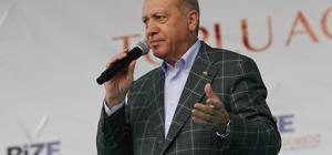 """Cumhurbaşkanı Erdoğan: """"İstanbul'u sel bastı, beyefendi tatilde"""" Cumhurbaşkanı Recep Tayyip Erdoğan: """"CHP'nin yönetimine geçen pek çok belediyede işte bir zehirlenme yaşanıyor"""" """"Milletimizin hizmet beklentisine yöneldiği CHP'li belediye başkanlarının neredeyse tamamı birkaç ay içinde gerçek yüzlerini gösterdiler"""" """"İstanbul'u sel bastı, beyefendi tatilde. Daha dün bir bugün iki. Ben Başbakanlığımda da, Cumhurbaşkanlığımda da böyle tatil yapamadım. Kimi şehrini sel götürürken güneşli beldelerde tatil yaptı"""" """"Biz milletimizi bu beceriksizlerin insafına bırakacak değiliz"""" """"Milletimizin bunların gerçek yüzünü, beceriksizliğini, aç gözlülüğünü, yağmacılığını gördükçe taşlar yerine oturmaya başlayacaktır"""" """"İnşallah bir sonraki seçimde Türkiye'nin istisnasız tüm şehirlerini yıkım değil inşa belediyeciliği ile tanıştıracağız"""" """"Hiç kimse kusura bakmasın biz bu ülkenin ve bu milletin tek bir kuruşunun dahi terör örgütlerine peşkeş çekilmesine göz yumamayız"""" """"Dünyanın hiçbir yerinde hiçbir bir devlet belediyelerini terör örgütlerine teslim edilmesine izin vermez"""" """"Teröre kim prim verirse, karşısında bizi bulacaktır. Belediyelerin milletimize ve şehirlerimize hizmet dışında bir amaçla kullanan herkes aynı akıbete uğramaya mahkumdur"""""""