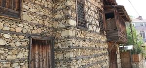 Ormana'nın tarihi düğmeli evleri 800 yıllık geçmişi ile binlerce turiste ev sahipliği yapan Antalya'nın Ormana Mahallesi'nde en eskisi 350 senelik olan düğmeli evler büyük ilgi topluyor