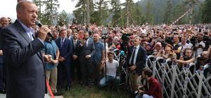 """Cumhurbaşkanı Erdoğan: """"Şehitlerimizin kanı yerde kalmayacak dedik"""" Cumhurbaşkanı Recep Tayyip Erdoğan: """"Şehitlerimiz var. Bir tanesi Trabzonlu şehidimiz cenaze namazı kılındı. Allah rahmet eylesin. 2 şehidimiz farklı illerde yaralılarımız var ama 21-22 tane de teröristi içeride ve dışarıda öldürdük. Şehitlerimizin kanı yerde kalmayacak dedik"""" """"Şimdi yaylalarda da örnek mi arıyorsunuz buyurun size örnek. Gelin buraya bakın buna göre yapın da bu yaylalarımız tarumar olmasın. Oralarda bu güzelliği korusun"""" """"Turizmde bu yıl patlama yaşadık. Hamdolsun şu anda 52 milyon turisti bu yıl ülkemizde ağırlıyoruz. Nereden nereye"""""""