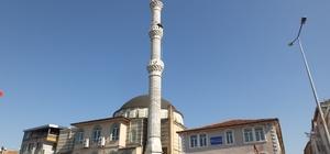 Yaşlı çiftin minare tepesinde ekmek kavgası İvrindi'de tehlikeli olan minarenin yıkımına başlandı