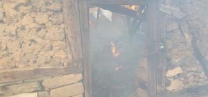 Çorum'da 2 ev kül oldu Yangın sırasında evde olan yaşlı kadını köylüler kurtardı