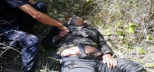 Kayıp yaşlı adam 40 metrelik uçurumda bulundu Jandarma, AFAD ve AKUT ekiplerince düştüğü uçurumdan çıkartılan yaşlı adamı bir jandarma personeli kepi ile serinletmeye çalıştı