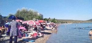 """3 gün tatili fırsat bilenler plajlara akın etti İzmir'in """"saklı cenneti"""" Manal Koyu tıklım tıklım doldu"""