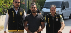 """Cezaevinden kaçan """"lan"""" cinayeti hükümlüsü yakalandı Adana'da infaz dedektifleri 2013 yılında kendisine """"lan"""" diyen şahsı öldürerek cezaevine giren ancak bir süre sonra firar eden hükümlüyü berbere giderken yakaladı"""