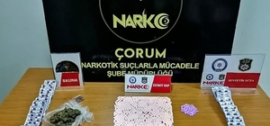 Cezaevinden izinli çıktılar uyuşturucu satarken narkotimlere yakalandılar Narkotimlerden zehir tacirlerine operasyon Operasyonda 705 adet extacy hap, 70 gram skunk, 784 adet yeşil reçeteye tabii ilaç ele geçirildi