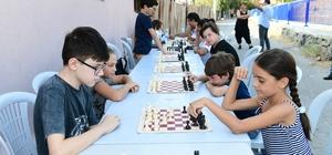 Çiğli sokaklarında satranç şenliği