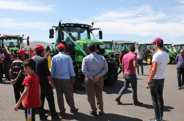Dev traktör tarım fuarının ilgi odağı oldu Sivas'ta düzenlenen 6'ıncı Tarım ve Hayvancılık Fuarında devasa boyutu ve 750 bin liralık fiyatıyla dikkat çeken traktör ilgi odağı oldu
