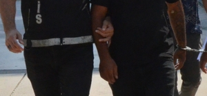 Torbacı polisi görünce, uyuşturucuyu karısının sütyenine sakladı Adana'da bir eve yapılan baskında polisi gören zanlının eşinin sütyenine sakladığı bonzai ve uyuşturucu hap ele geçirildi Zanlı tutuklanırken, eşi ifadesi alındıktan sonra serbest bırakıldı