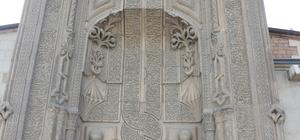 """Orta Asya çadır geleneğinin örneği: 'İnce Minareli Medrese' Prof. Dr. Ahmet Çaycı: """"Taç kapı İslam mimarisinin karakteristiklerindendir"""" """"Selçuklu mimarisi demek aslında taç kapı mimarisinin zuhuratıdır demek"""""""