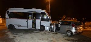 Adana'da yolcu minibüsü ile otomobil çarpıştı: 7 yaralı