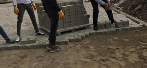 Başkan Altay, işçilerle parke taş döşedi Arpaçay Belediyesi'nin yol çalışmaları sürüyor