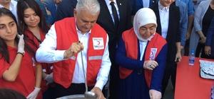 Binali Yıldırım vatandaşlara aşure dağıttı İzmir'de annesi Bahar Yıldırım'ın adını taşıyan okulu ziyaret eden Binali Yıldırım, Eren Bülbül adına kurulan kütüphaneyi hizmete açtı