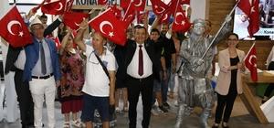 Başkan Abdül Batur, 9 Eylül coşkusunu fuara taşıdı Konak Belediyesinden herkese bir bayrak