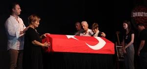 Tiyatroya başladığı sahnede uğurlandı Tiyatrocu Dinçer Sümer'e Konak Sahnesi'nde veda töreni