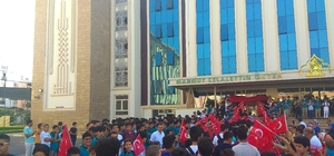 Simit yağmuruyla değil Türk bayrağının gölgesinde okula başladılar Antalya'da okula yeni başlayan öğrencilere bayraklı karşılama Yeni öğrencilere simit atmak yerine Türk bayrağı açtılar