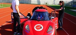 Öğrenciler, kafede boş oturmaktan sıkıldı 1 TL ile 100 kilometre gidebilen araç üretti Öğrenciler, 1 lira ile 100 kilometre gidebilen elektrikli otomobil üretti