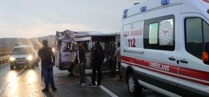 Sivas'ta öğrencilerin bulunduğu minibüs kaza yaptı: 8 yaralı