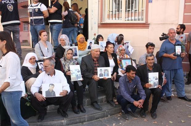 Diyarbakır annelerinin çığlığı ülke sınırlarını aştı Yakınlarının terör örgütü PKK'nın İran uzantısı PJAK tarafından kaçırıldığını savunan İranlı 5 aile, Diyarbakır'a gelerek oturma eylemine katıldı