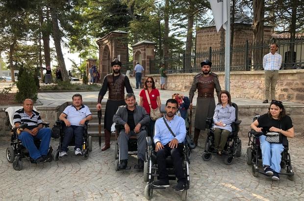 Yılda milyonlarca kişi ziyaret ediyor ama engelliler giremiyor Ertuğrulgazi Türbesi'ne tekerlekli sandalyeleri ile giremeyen engelliler türbenin önünde dua etti