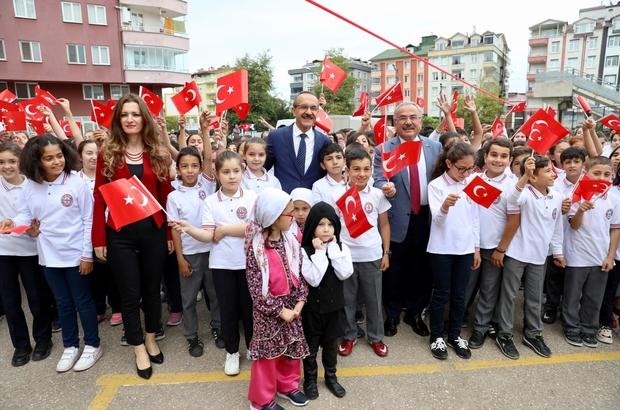 """Ordu Valisi Seddar Yavuz: """"Öğretmenine saygı duymayan, büyüklerini sevmeyen bir milletin geleceği yoktur"""" """"Bütün milli eğitim teşkilatımızdan ve kurum yöneticilerimizden öğretmenlerimize daha fazla saygıyı göstermenizi bu şehrin Valisi olarak talimatlandırıyorum. Lütfen, öğretmenimize daha fazla hürmet ve saygı gösterin"""" Ordu Büyükşehir Belediye Başkanı Dr. Mehmet Hilmi Güler: """"Eğitim pahalı bir iş ama sonuçlarına baktığımız zaman cahillik daha pahalı"""""""