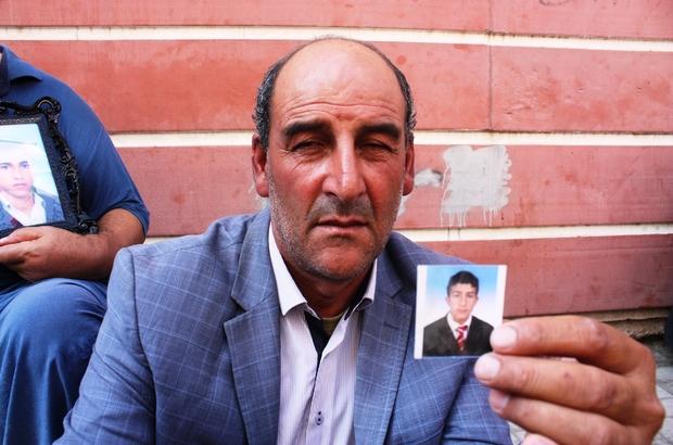 HDP önünde eylem yapan ailelerin sesi çığ gibi büyümeye devam ediyor Oğlu 4 yıl önce terör örgütü PKK tarafından dağa kaçırılan acılı baba Salih Gökçe de oturma eylemine katıldı Gökçe ile birlikte oturma eylemine katılan aile sayısı 36'ya yükseldi