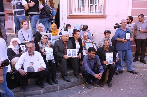 Oturma eylemindeki ailelerden siyasi partilerin il temsilcilerine tepki