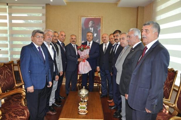 Ahilik Kültürü Haftası Mersin ESOB Başkanı Talat Dinçer, bu yıl 26.'sı kutlanacak olan Ahilik Kültürü Haftası kapsamında Vali Ali İhsan Su, Büyükşehir Belediye Başkanı Vahap Seçer ve MGC Başkanı Turgay Demirtaş'ı ziyaret etti