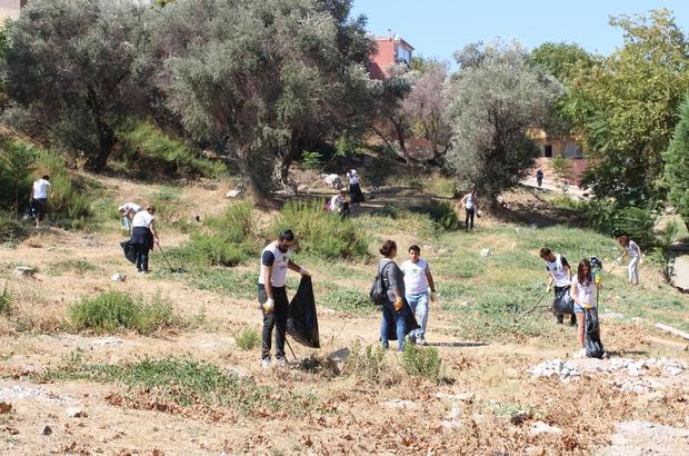 """Duyarsız vatandaşlar atıyor, onlar topluyor 3 yaşından 70 yaşına kadar çok sayıda gönüllünün bulunduğu grup, İzmir'de çevre temizliği yapıyor """"Keşke çevre kirletilmeseydi ve biz bu grubu kurmasaydık"""" """"İki adımda bir çöp kutusu var ama insanlar yerlere çöp atıyor"""" 3 yaşında da gönüllü var, 70 yaşında da Doğa için temizliyorlar"""