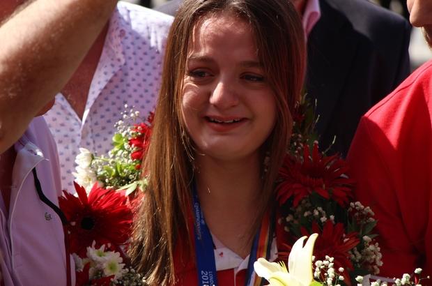 """Dünya ikincisi Sümeyye Boyacı'dan mutluluk gözyaşları Gönüllerin şampiyonu Sümeyye Boyacı'ya coşkulu karşılama Eskişehir Valisi Özdemir Çakacak: """"Bizim birincimiz Sümeyye'dir"""" Dünya Paralimpik Yüzme Şampiyonası'nda kadınlar 50 metre sırt üstü ikincisi Sümeyye Boyacı: """"Yarışma esnasında başta kendimin birinci olduğunu zannettim"""" """"Eskişehirli olmaktan gurur duyuyorum"""""""