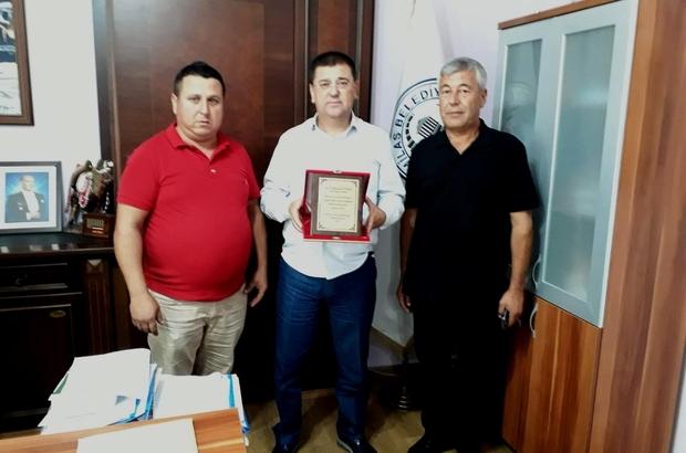 Devecilerden teşekkür ve plaket Selimiye Deveciler Derneği üyeleri, Milas Belediye Başkanı Muhammet Tokat'a teşekkür ederek plaket takdim etti.