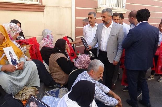 """HDP önünde eylem yapan ailelere destek ziyaretleri sürüyor Memur-Sen Elazığ temsilciği HDP önünde oturma eylemi gerçekleştiren aileleri ziyaret etti Memur-Sen Elazığ İl Temsilcisi İbrahim Bahşi: """"Bu anaların gözyaşının dinmesini istiyoruz, bu yüzden buradayız"""" """"Sözde insan hakları ve demokrasiyi savunan örgütler niye bu anaların feryadına kulak tıkıyor"""""""
