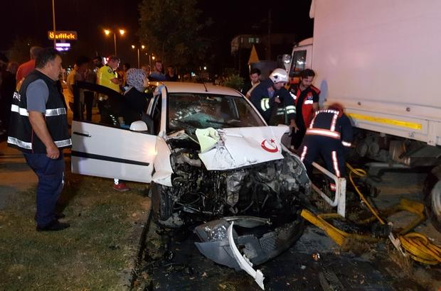 İki otomobilin çarpıştığı kazada sürücü araçta sıkıştı Kazada yaralanan 3 kişi hastaneye kaldırıldı
