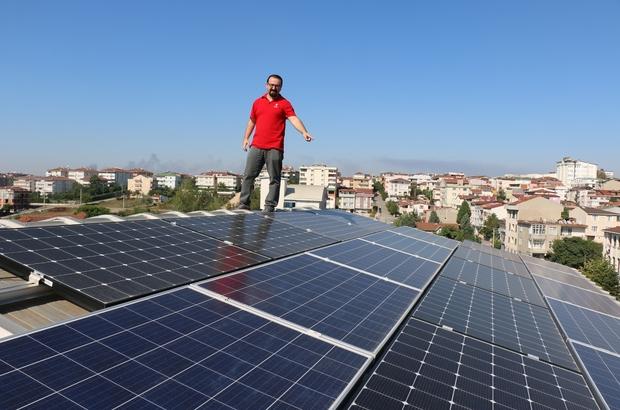 Evinin çatısında ürettiği elektriği dağıtım şirketlerine satıyor Çatıya kurduğu sistemle elektrik faturası ödeme derdini unuttu