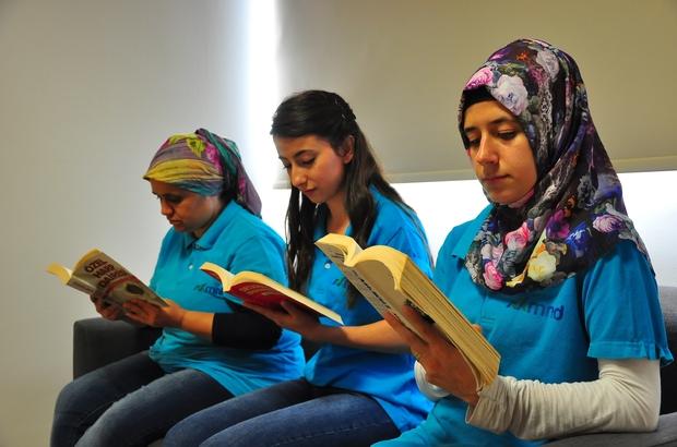 """(Özel) Fabrika işçilerinin okuma oranı arttı Fabrikada kütüphane kuruldu okuma ortalaması Türkiye rakamlarını aştı Kendi bünyesinde kütüphane kuran fabrika yüzde 30'luk kitap okuma oranına ulaştı Kendi işçilerine kütüphane kuran fabrika, Manisa OSB'ye de hizmet vermeye başladı Görsel Proje Yöneticisi Mehmet Arif İşmen: """"Okuma oranı yüzde 30'a ulaştı. Bu rakam Türkiye ortalamasına, hatta dünya ortalamasına göre oldukça iyi bir rakam"""""""