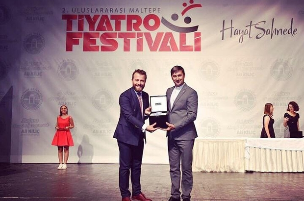 Sui Generis Tiyatro'ya iki ödül 'Emek' ve 'En İyi Yönetmen' ödülü Sui Generis Tiyatro'nun