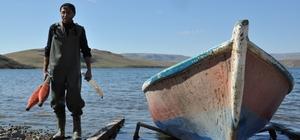 Balıkçılar sezona umutsuz başladı Kars'ta sezonu açan balıkçılar çoğu zaman eli boş dönüyor Aygır Gölü'nde 19 yıldır tek başına balıkçılık yapıyor