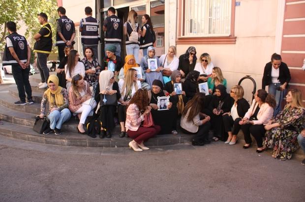Oturma eylemi yapan ailelere destek ziyaretleri devam ediyor TOBB Kadın Girişimciler Kurulu'ndan HDP önünde eylem yapan ailelere destek